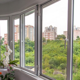 ПВХ-окна на балконе в спальной зоне города