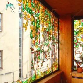 Красивые витражи на балконе с вагонкой
