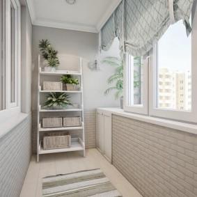 Полосатый коврик на полу балкона