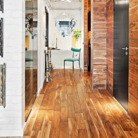 Стильный коридор с деревянной отделкой