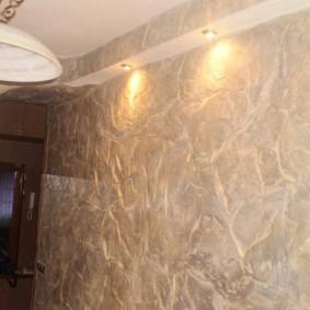 Декоративная штукатурка на стене коридора