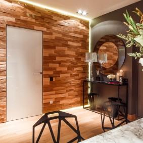 Деревянные панели в прихожей частного дома