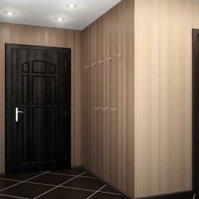 Крючки для верхней одежды на стене прихожей