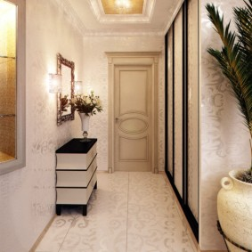 Длинный коридор с зеркалом и тумбой