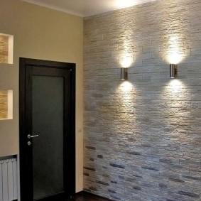 Каменная отделка стены в коридоре