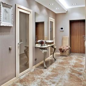 Зеркальные двери в классическом коридоре