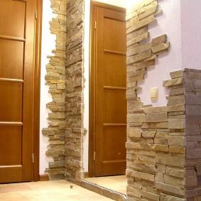 Декорирование коридора природным камнем