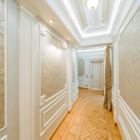 Классический интерьер узкого коридора