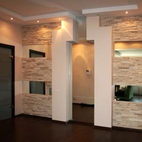 Оригинальное оформление дверного проема в коридоре