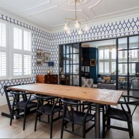 Обеденный стол в кухне-гостиной с перегородкой