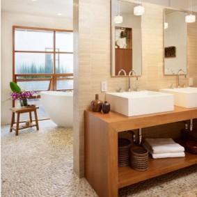 Стационарная перегородка в просторной ванной