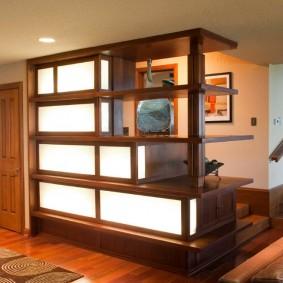 Деревянная перегородка с подсветкой стеклянных вставок