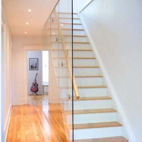 Стеклянная перегородка в холле с лестницей