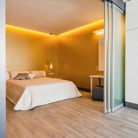 Спальная зона за раздвижной перегородкой из стекла