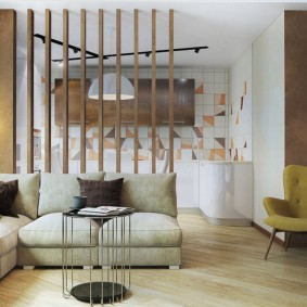 Деревянная перегородка за спинкой дивана