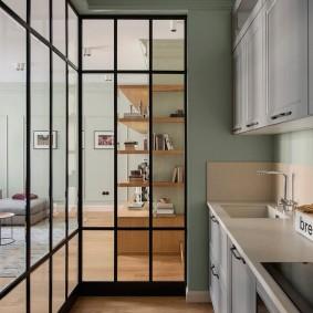 Кухонная зона за прозрачной перегородкой