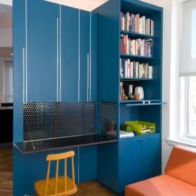 Синий шкаф в комнате мальчика