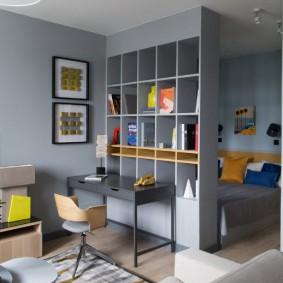 Серый стеллаж в квартире студии