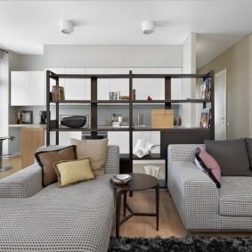 Зона отдыха гостиной с двумя диванами