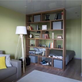 Спальное место в нише стены квартиры студии