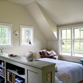 Спальная комната в мансарде загородного дома
