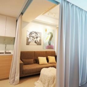 Зонирование комнаты белыми шторами