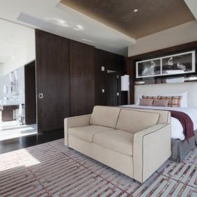 Прямой диван в комнате с раздвижной перегородкой
