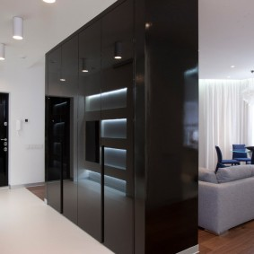 Черный шкаф с глянцевыми поверхностями
