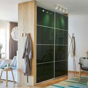 Стильный шкаф-купе с тонированными стеклами