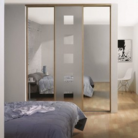 Зеральные дверцы на шкафу в спальне