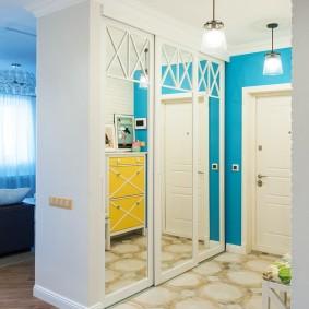 Зеркальные дверцы встроенного шкафа