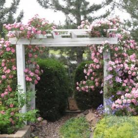 Садовая пергола из толстых брусьев