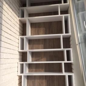 Белые полки в торце балкона