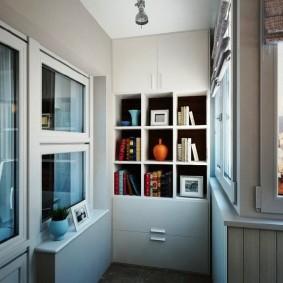 Встроенный стеллаж на балконе квартиры