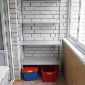 Открытый стеллаж на балконе кирпичного дома