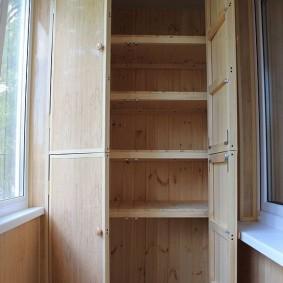 Шкаф с полками для хранения банок на балконе