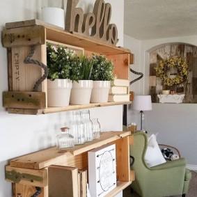Деревянные полки с комнатными цветами