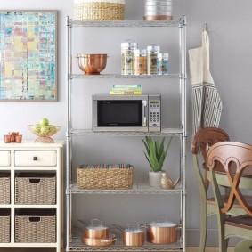Полка-этажерка в интерьере кухни
