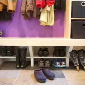 Встроенные полки для повседневной обуви в прихожей