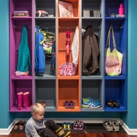 Разноцветные полки для детей в коридоре