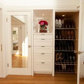 Шкаф для обуви в просторной прихожей