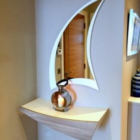 Декоративная полочка в прихожей двухкомнатной квартиры