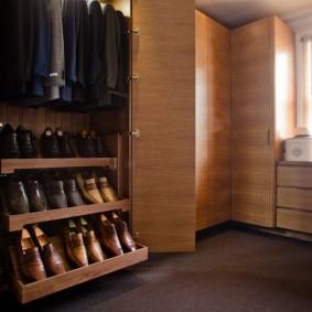 Гардеробный шкаф с выдвижными полками