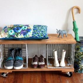 Мобильная обувница на колесиках в коридоре