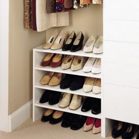 Женские туфли на полках в коридоре