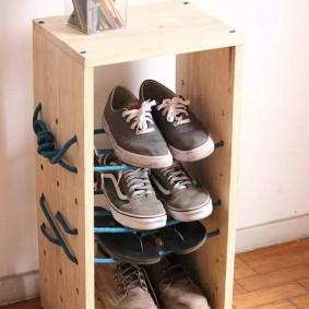 Простая полочка с детской обувью