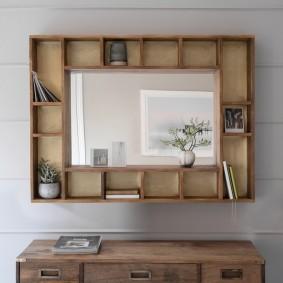 Зеркало в деревянной рамке из полочек