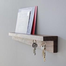 Небольшая полочка для ключей и газет