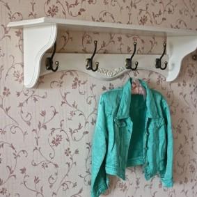 Вешалка с полочкой на стене с обоями