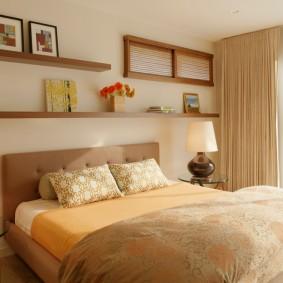 Открытые полки над изголовьем кровати
